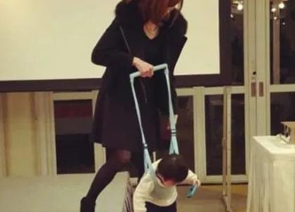 吉澤ひとみ 子供は病気?障害児で器具を装着?かわいそうの声も