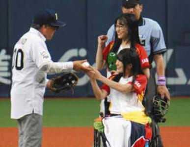 【動画】仮面女子・猪狩ともか始球式補助:大阪オリックス対西武戦